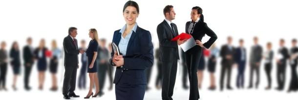 Junge Businessfrau beim Sportpraktikum
